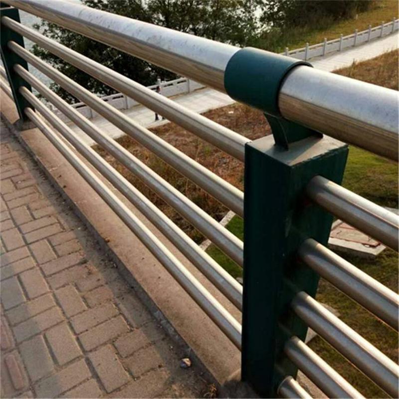 濟寧不銹鋼復合管護欄款式新穎