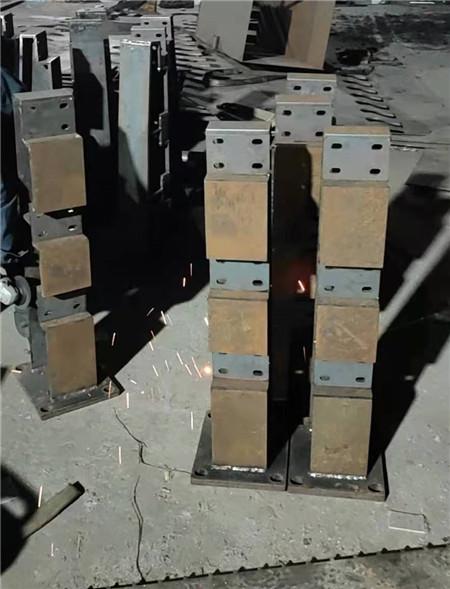 內蒙古自治區防撞護欄立柱價格