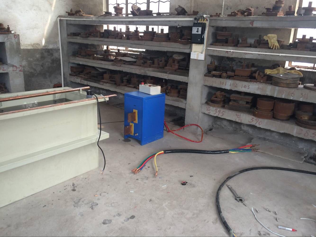 主要特点及性能 电解抛光是以被抛工件为阳极,不溶性金属为阴极,两极同时浸入到电解槽中,通以直流电而产生有选择性的阳极溶解,工件表面逐渐整平,从而达到工件增大表面光亮度的效果。 1、电流规格100A/200A/300A/500A/1000A/1500A/2000A/3000A/5000A/7500A,电压12伏或者15伏。也可以根据用户实际情况定制。 2、主机采用高频整流,含有时间、电流、电压、温控、摇摆设定及数字显示。含有过热及短路保护装置。 3、本设备采用流水线设计方式,非常便于实际操作,大大提高生产效
