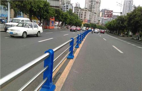 果洛公路隔离护栏多少钱一吨