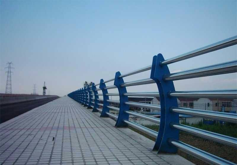 南宁金属材料公司专业生产各种道路栏杆?#26723;?#20449;赖