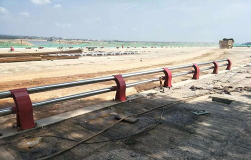 绥化钢板立柱专业定制  专业护栏厂家