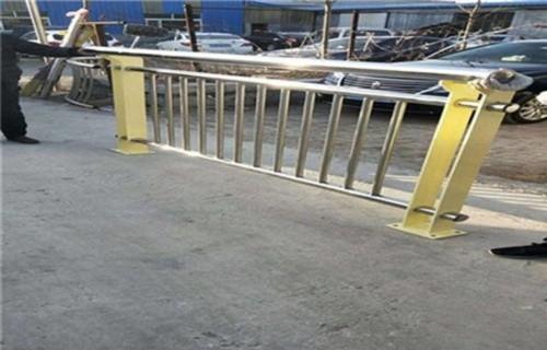 西安q235钢板立柱排行榜  专业护栏厂家