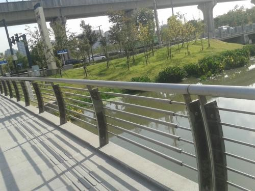 泰州304不锈钢复合管护栏月度评述  专业护栏厂家