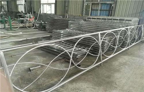 大兴安岭不锈钢碳素钢复合管桥梁钢板立柱专注生产