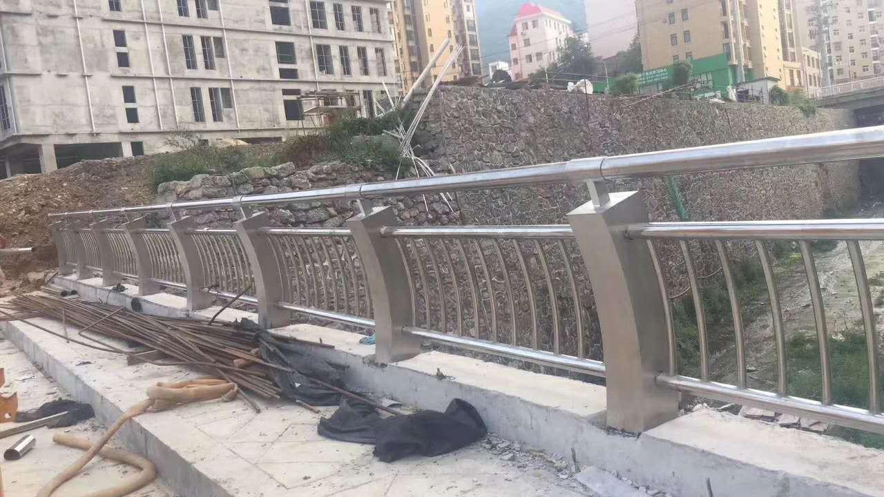寧夏橋梁欄桿復合管防撞護欄壁厚標準
