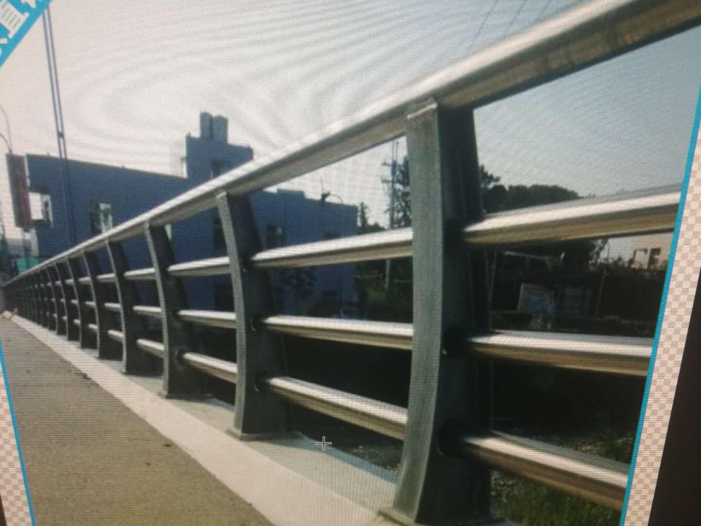 伊犁不锈钢复合管镀锌喷塑立柱现货库存
