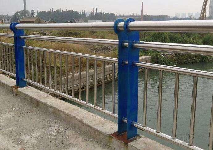 玉树不锈钢复合管镀锌喷塑立柱供应商