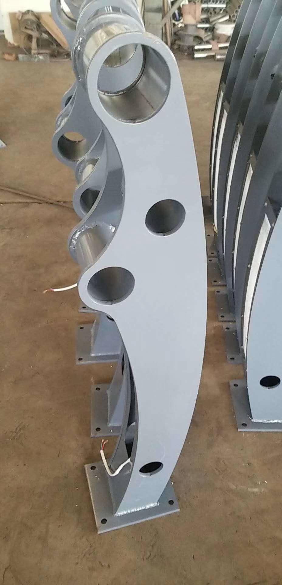 海西不锈钢复合管镀锌喷塑立柱现货价格
