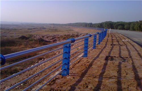 新疆不銹鋼人行道欄桿廠家值得您信任的廠家防撞護欄生產
