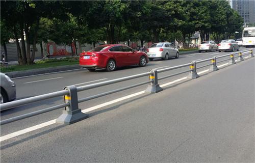 克拉瑪依高速公路防撞護欄工程案例