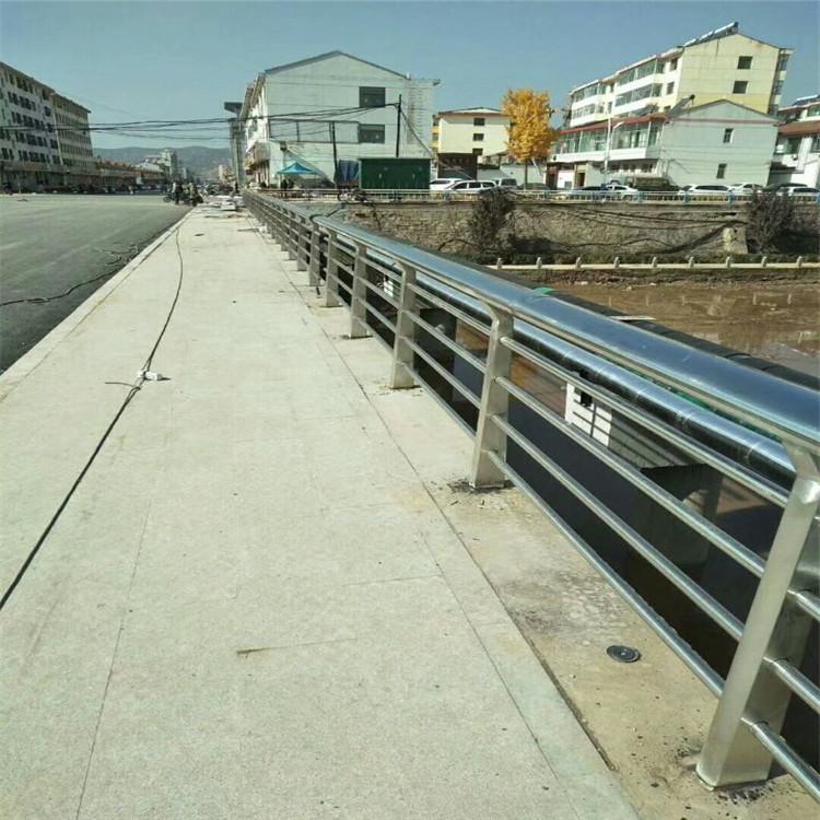 石阡不锈钢复合管隔离防护护栏量身定做