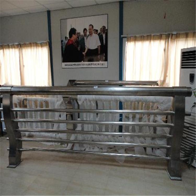 六枝特不锈钢复合管隔离防护护栏价格优惠